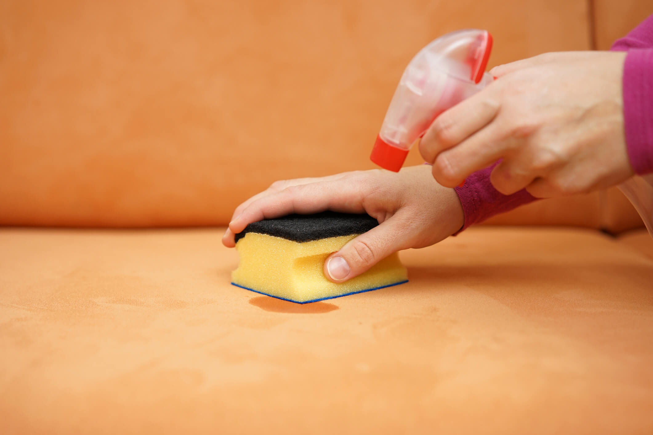 Veja aqui como tirar mancha de caneta do sofá!
