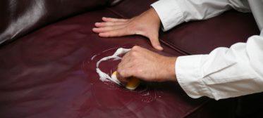 Passo a passo: aprenda como limpar o couro do sofá com facilidade