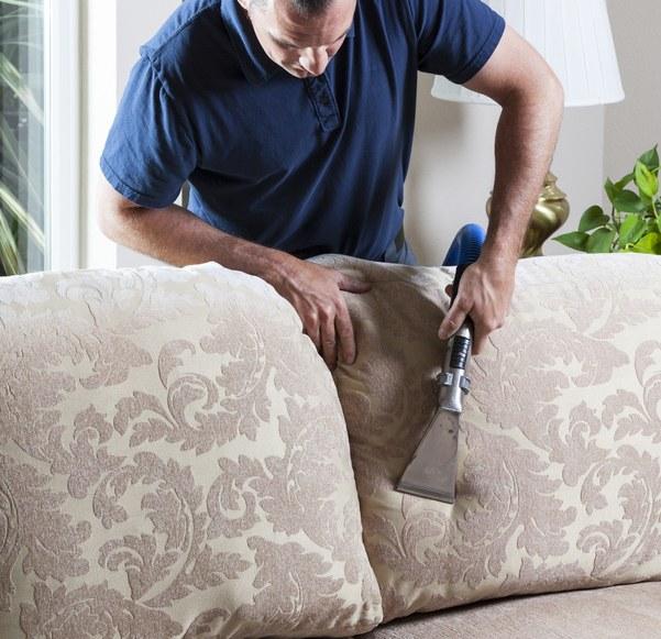 Descubra como tirar mau cheiro de sofá agora mesmo