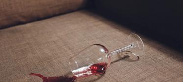Como tirar mancha do sofá sem danificá-lo?